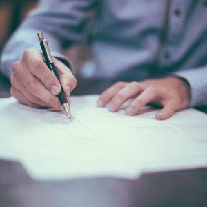 Ein Mann der ein Vertrag unterschreibt